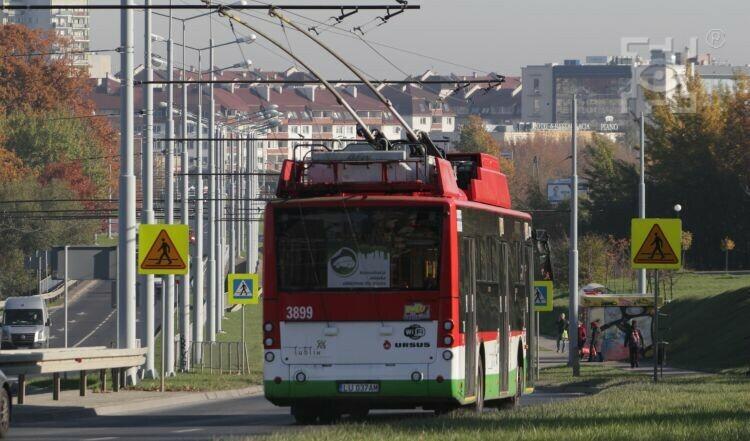 trolejbus jadący al. Jana Pawła II